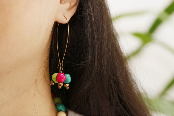 Boucles d'oreilles dormeuses coloris bronze 3 perles açais multicolores All Gypsies, gros plan