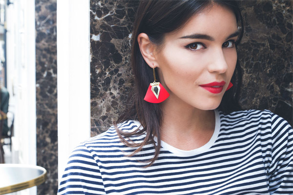 Boucles d'oreilles dormeuses Nadja, plaquage or 18K, cuir, coquelicot-gold Charly James, gros plan
