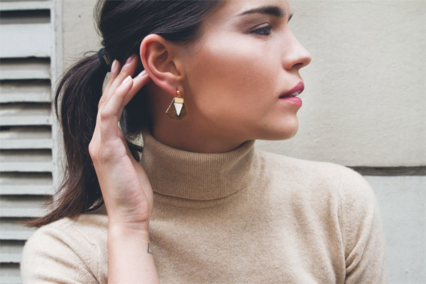 Boucles d'oreilles percées Daisy, plaquage or 18K, cuir, rouge ecailles-gold Charly James, gros plan
