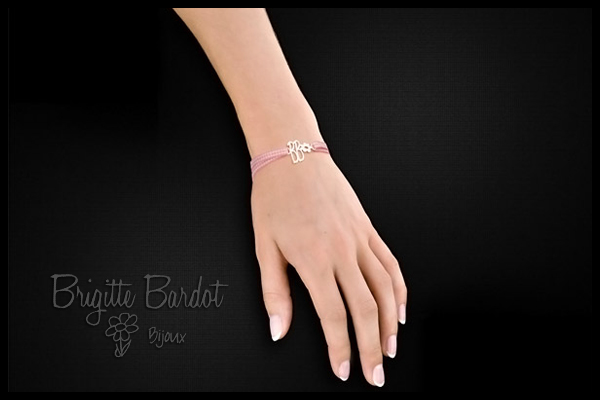 Bracelet cordon icone initiales BB Brigitte Bardot, vichy rose Clio Blue, packaging
