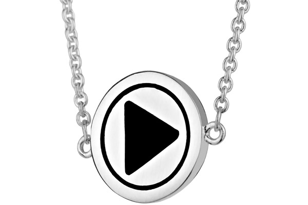 Collier pendentif bouton 'Play' argent by Quentin Mosimann Clio Blue, gros plan