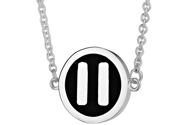 Collier pendentif bouton 'Pause' argent by Quentin Mosimann Clio Blue, gros plan