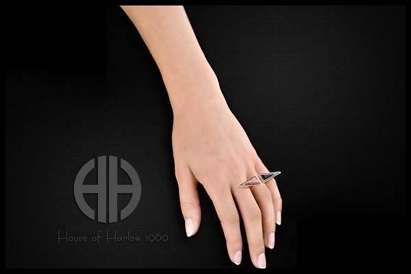 Bague isocèles, dorure or rose, brillants, T54 House of Harlow 1960, packaging