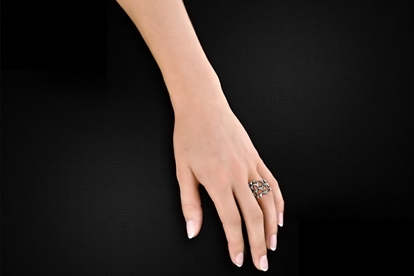 Bague Pyramid Wrap, métallisation en argent, brillant, T56 House of Harlow 1960, packaging