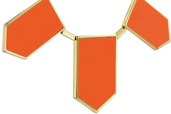 Collier plastron five station cuir corail, dorure or 14 carats House of Harlow 1960, gros plan