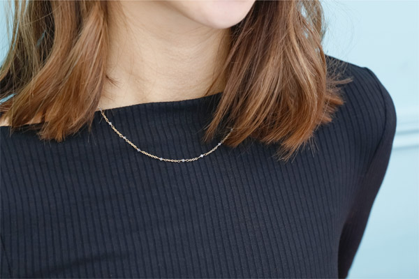 Collier Little Stones, dorure or fin, Spinelle, Noir Nilaï, gros plan